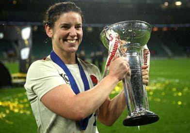 sarah hunter holding a trophy